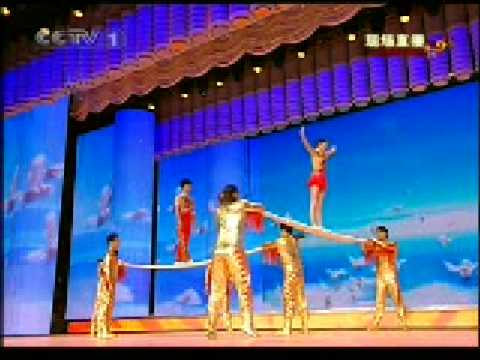 二十五、杂技《抖杠》表演:上海杂技团
