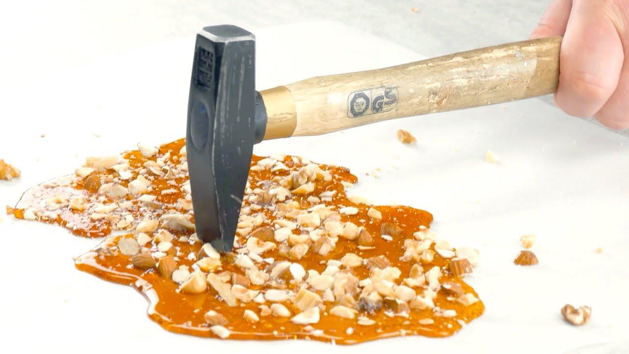 將焦糖倒在紙上 - 做出無麵粉的美味堅果蛋糕