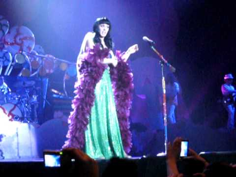 Katy Perry asks a guy in the public for his shirt @Heineken Music Hall (Amsterdam)