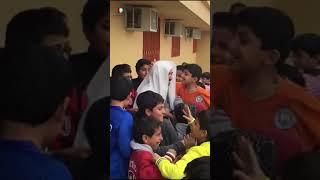 شاهد ردة فعل الطلاب عند زيارة مديرهم المتقاعد لهم