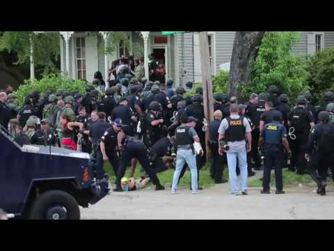 Raw video of riot police moving in on Baton Rouge protestors
