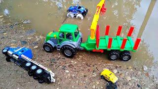 Трактор со щипцами спасает Машинки из лужи. Видео про трактор для детей