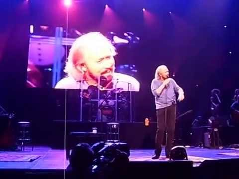 Barry Gibb Sings to His Wife at Chicago