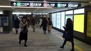 巨大な地下鉄駅の東京メトロ大手町駅のC1出口に近い千代田線北側の改札口の風景