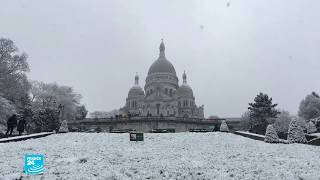 ثوب أبيض يكسو باريس وضواحيها ويتسبب بإغلاق برج إيفل أمام الزوار