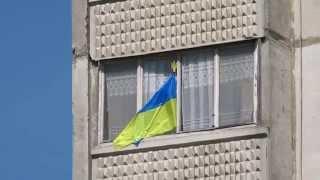 Флаг Украины вывешен из окна квартиры, Харьков 04.05.14., ул. Балакирева(Украинский флаг вывешен из окна жилого дома в Харькове 04.05.14.., 2014-05-05T04:53:53.000Z)