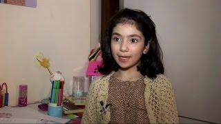 سيدرا طفلة سورية .. الطفلة الرسامة كما يلقبها أطفال الحي الذي تقطنه وأهلها