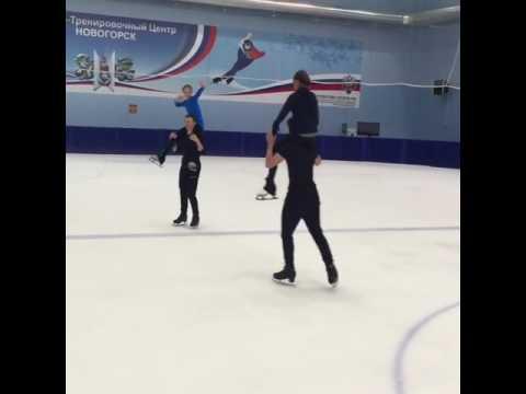 """Лина Кудрявцева и Надежда Лабазина демонстрируют, как можно """"подкачать"""" ноги партнеров прямо на льду"""
