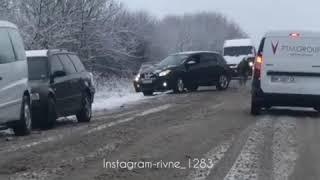 Авто опинилося в кюветі на автодорозі Рівне-Млинів