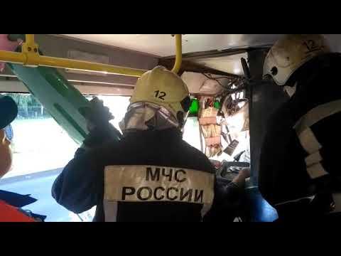 Напротив Большеохтинского кладбища автобус въехал в кабину трамвая