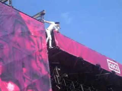 Jared Leto Insane Stage Climb At Lollapalooza 2006