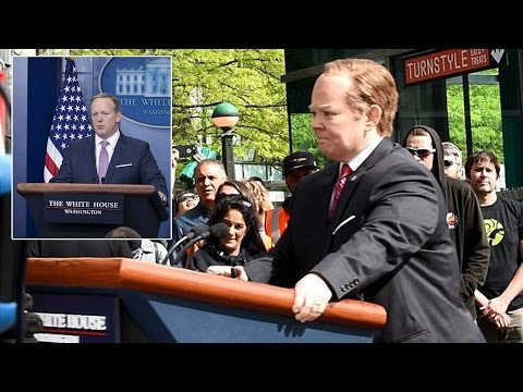 Thumbnail: SNL | Melissa McCarthy plays Sean Spicer riding a podium outside CNN offices