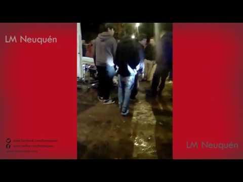 Un patrullero chocó a dos jóvenes en moto en el barrio Anai Mapu