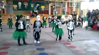 Madison bailando el Twist del esqueleto