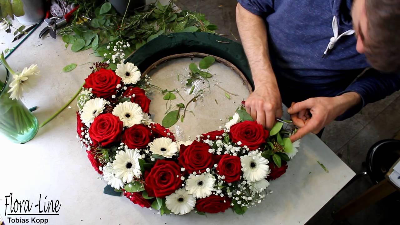 Blumengesteck in Zeitraffer selber machen Blumenkranz rot