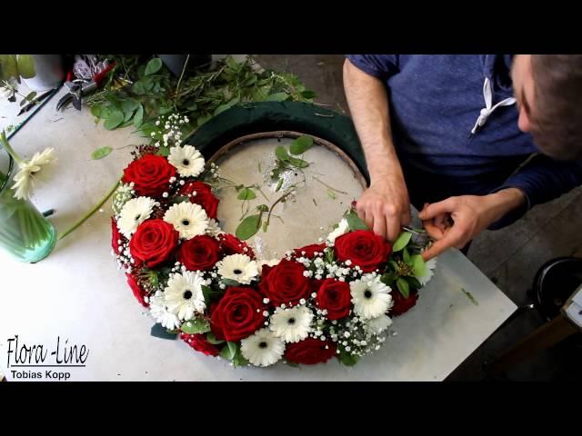 Blumengesteck in Zeitraffer selber machen: Blumenkranz rot weiss