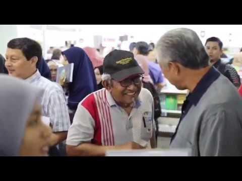 Zahid Hamidi disambut mesra semasa melawat Pameran Buku