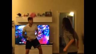 La novia de Ricky Alvarez hace jueguitos con la cabeza