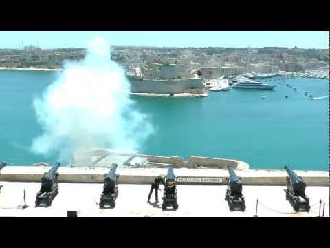 Malta Noon Day Gun (Cannon) Firing in Valletta