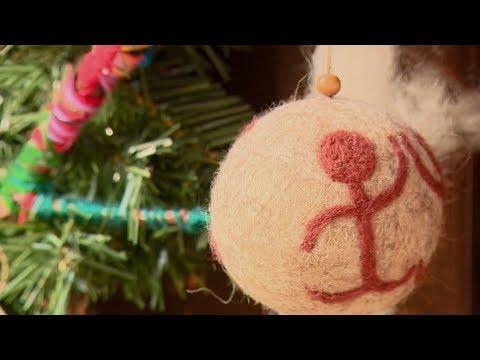 Картинки по запросу Рождественская ярмарка в Ереване. Кенац Цар, шары из войлока и елка из чипсов