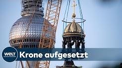 UMSTRITTENE KUPPELSPITZE: Kreuz mit Unterwerfungsspruch auf das Berliner Schloss gesetzt