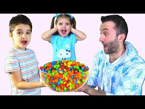 Папа хочет конфеты или Волшебный душ M&m's из бутылки. Веселый папа не делится вкусняшками с детьми