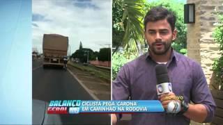 Ciclista pega 'carona' em caminhão na rodovia