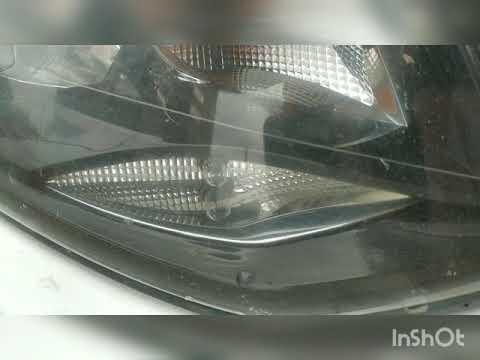 Замена лампочки передних габаритов на светодиодную лампу на автомобиле Фольксваген Поло 2015 года