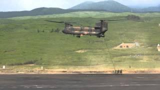 総合火力演習 2013 (予行) チヌークよりの降下、離脱 空挺降下です。