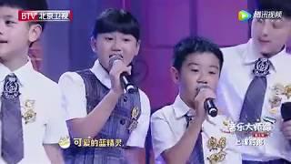 杨钰莹朱军带学生欢快合唱《蓝精灵之歌》