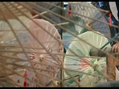 Chinese oil-paper umbrella:  the ancient surviving craft| CCTV English