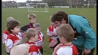 Louis van Gaal en Willem van Hanegem trainen het jeugdelftal van Ajax en Feyenoord