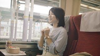 ビニール袋を片手に列車に乗り込んだ石田ゆり子さん。 席に着くなり駅弁を広げますが、なぜか手をつけません。 石田さんが待っていたものとは...