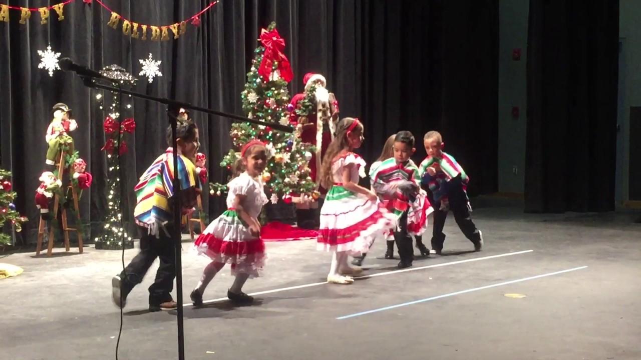 daleyza-bailando-en-su-show-de-navidad-de-su-escuela