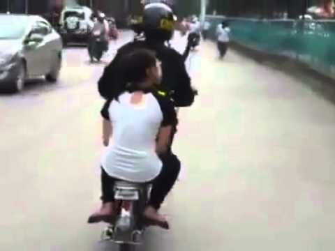 CSGT bắt xe đạp hay chở người yêu - Thuoc kich duc nu