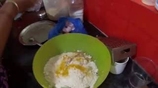 Индианка готовит огуречную пароту.