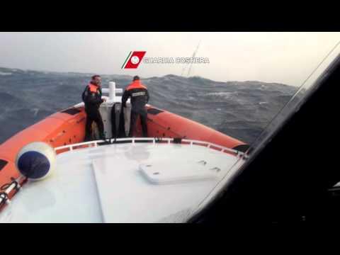 Guardia Costiera: salvataggio nella burrasca di due velisti austriaci a Oristano