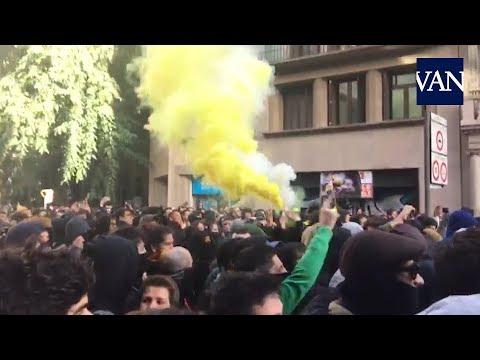 [BARCELONA 21D] Los CDR lanzan bengalas al cordón policial en Via Laietana