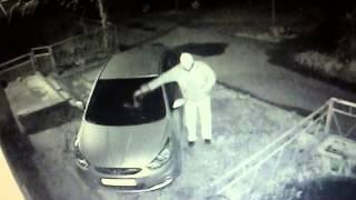 Поджог машины - снято на айфон с экрана камеры видеонаблюдения