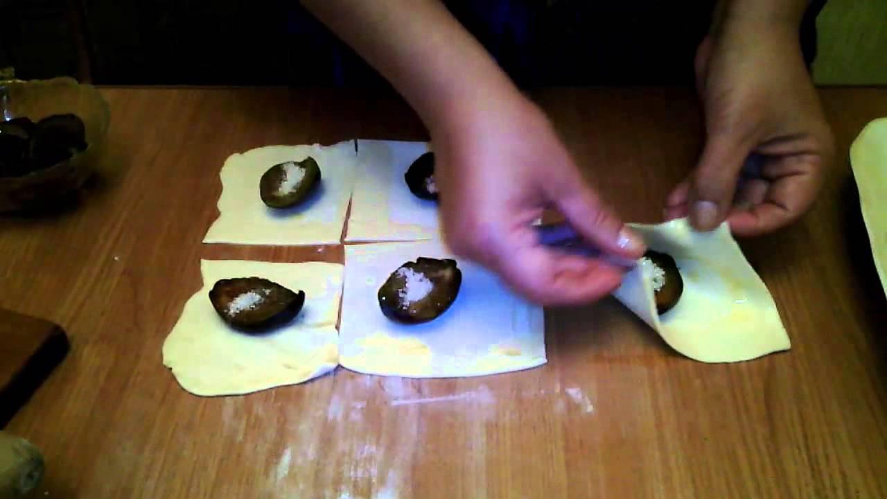 слойки со сливами из слоеного теста рецепт с фото