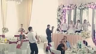 Саксофонист очень круто играет на свадьбе
