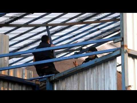 Tarihi Mısır Çarşısı'nda çatısında intihar girişimi
