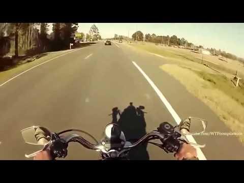 Голая девушка ездиет на мотоцикле