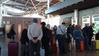 Pasajeros esperan el primer vuelo Zaragoza-Gran Canaria