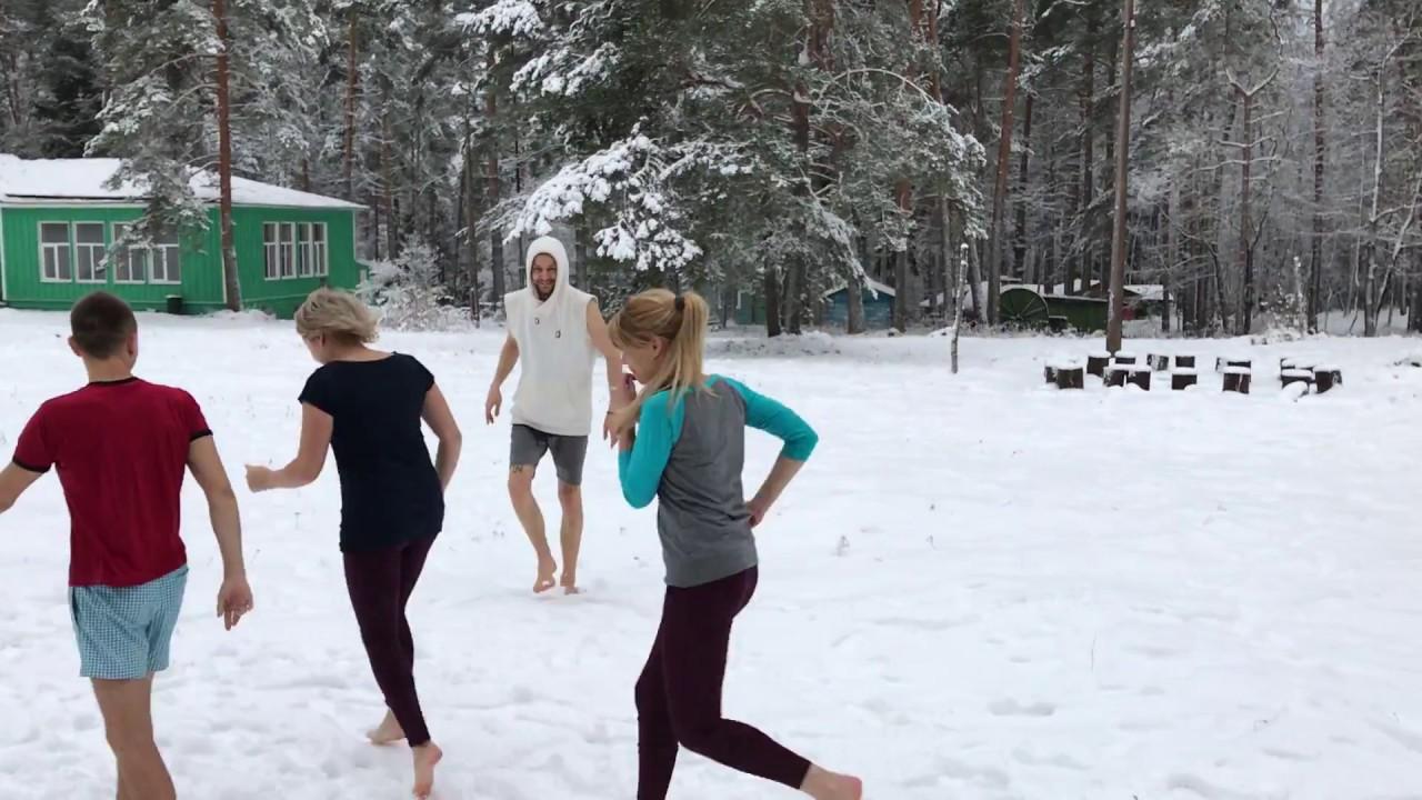 Девушка г уляет босиком по снегу видео фото 748-632