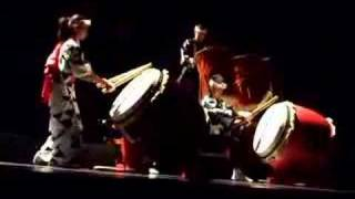 Nastup taiko bubnjara u Sava centru, bubnjevi i kimono.
