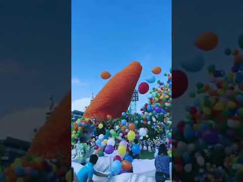 Pelepasan balon dan diiringi lagu
