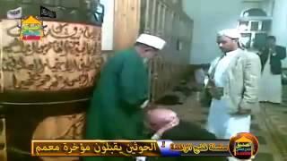 عبيد الشيعة يقبلون طيز معمم شيعي