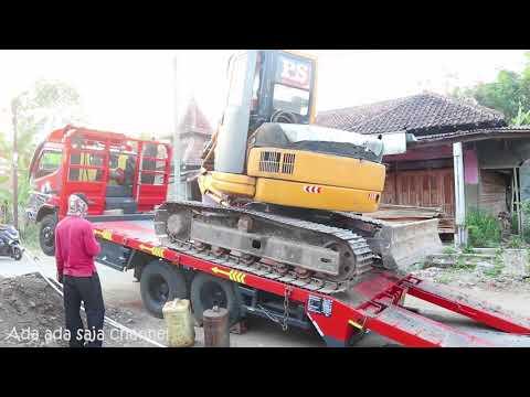Aksi alat berat Excavator, bego, belko naik  ke atas truck trailers - Kendaraan konstruksi