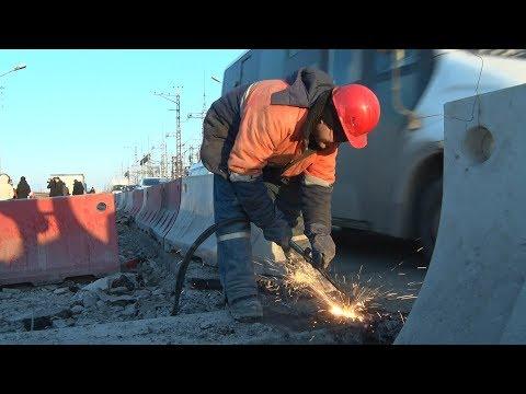 Дорогу на Волжской ГЭС в Волгограде ремонтируют в две смены